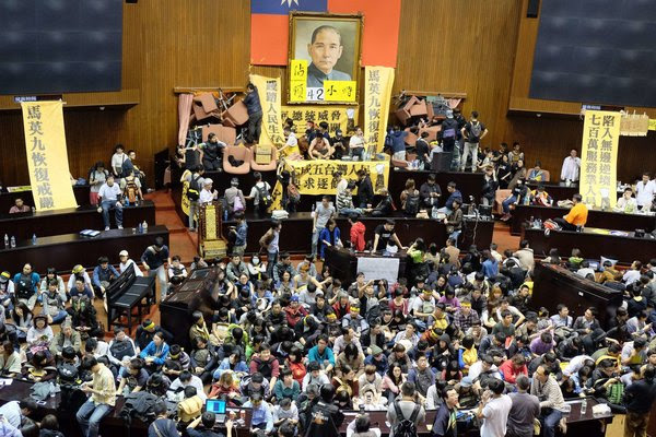 台灣抗議者佔領立法會反對兩岸貿易協議