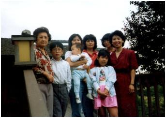 婆婆與女兒媳婦孫子們合影於西雅圖