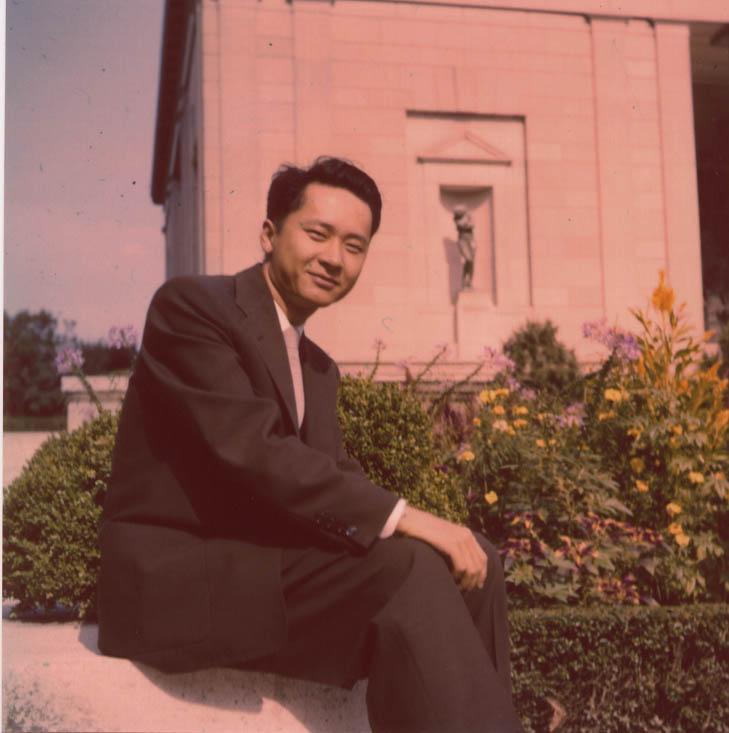 1955-autumn 1955年秋,盧主義攝於費城羅丹博物館前