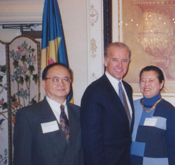 Loo_Biden 2001年,盧主義伉儷與其時的賓州參議員、現在的美國副總統拜登(Joe Biden,中)合影。