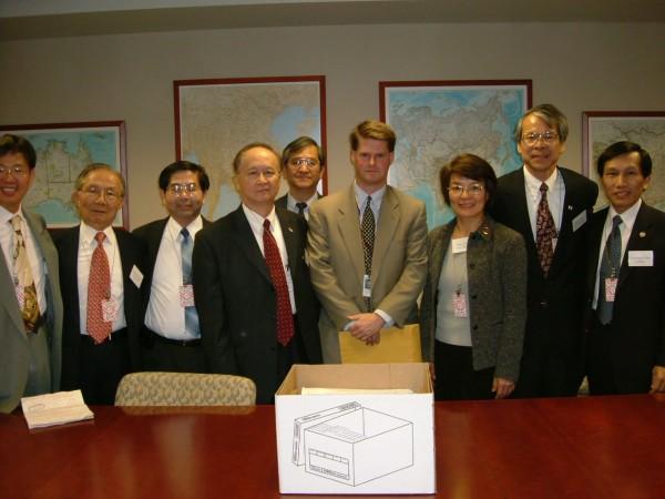 Randy Schriver 2004年,盧主義(右六)與FAPA 委員們拜會美國國務院官員 Randy Schriver (右四),右二位前FAPA會長楊英育博士。