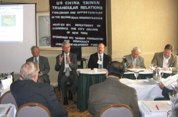 首場專題演講會的演講人:(自左向右)楊慶安、沙特、費雪、吉爾曼、布魯克。