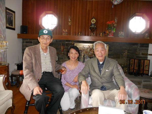 李玉琛教授(右)、李彥輝醫師(左)與作者2011年合影於李宅
