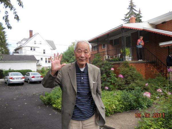 李玉琛醫師屢屢送訪客到前庭,揮手道別。