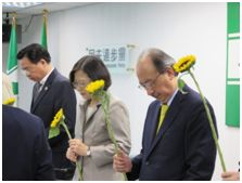 民進黨中常委手持太陽花,感念梅心怡對台灣民主貢獻