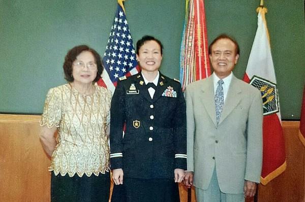 Martha VanDriel 晉升上校時與父母合影