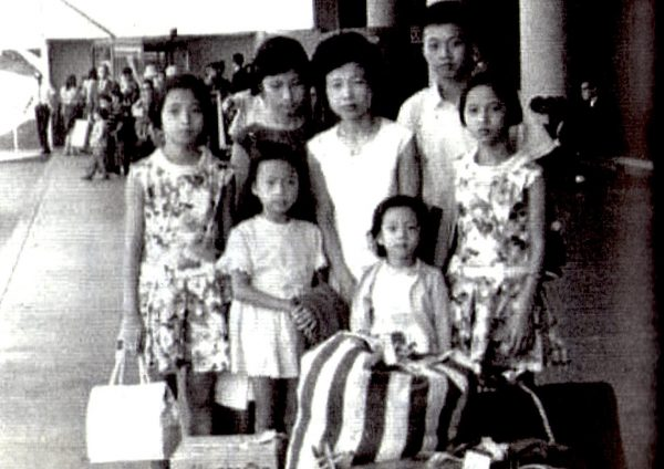 1967年,楊貴運的太太瑞蓮嫂帶者六個孩子移民美國加州,攝於松山機場
