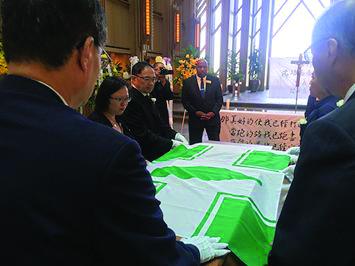 b-沈培志-覆蓋民進黨旗
